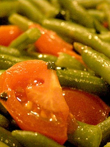 Green Beans with Cherry Tomatoes - A quick side dish perfect for roasted or fried chicken, pork, or even beef. Make it in minutes! From @NevrEnoughThyme https://www.lanascooking.com/green-beans-with-cherry-tomatoes/