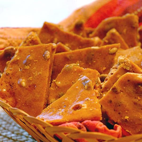This Cinnamon Pumpkin Seed Brittle swaps out the traditional peanuts for pumpkin seeds and adds a little cinnamon. From @NevrEnoughThyme http://www.lanascooking.com/cinnamon-pumpkin-seed-brittle