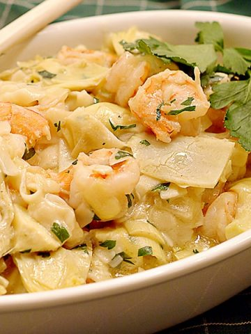 Shrimp and Artichoke Pasta - fresh shrimp and artichoke hearts combine with creamy garlic noodles in this easy and quick dinner dish. From @NevrEnoughThyme https://www.lanascooking.com/shrimp-and-artichokes-with-noodles/