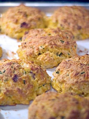 Bacon Cheddar Biscuits - a classic buttermilk biscuit with the addition of bacon, cheddar cheese, and chives. https://www.lanascooking.com/bacon-cheddar-biscuits/