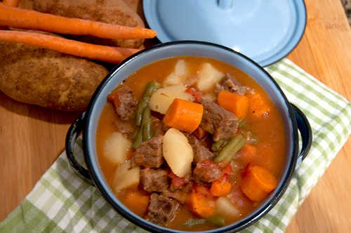 Beef Stew in the Pressure Cooker - A hearty beef stew with potatoes, carrots, green beans and tomatoes. From @NevrEnoughThyme http://www.lanascooking.com/beef-stew-in-the-pressure-cooker