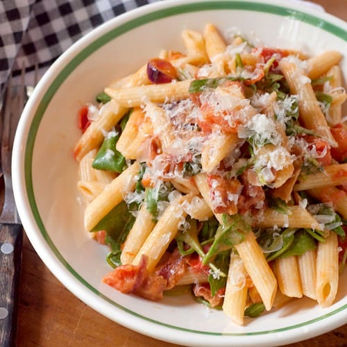 All the elements of a BLT combine with penne pasta and a sprinkle of Parmesan cheese. From @NevrEnoughThyme http://www.lanascooking.com/bacon-lettuce-and-tomato-blt-pasta/ #pasta #blt
