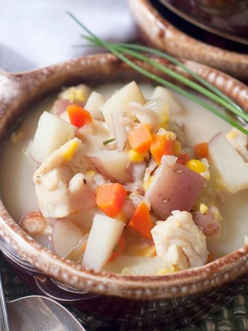 Corn and Bacon Chowder - A combination of corn, bacon, and chicken with aromatic vegetables that will warm you on a cool Fall evening. From @NevrEnoughThyme https://www.lanascooking.com/corn-bacon-chowder/