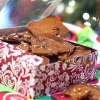 Peanut brittle with salty, roasted peanuts suspended in a sweet sugary brittle. Classic! From @NevrEnoughThyme http://www.lanascooking.com/ classic-peanut-brittle/
