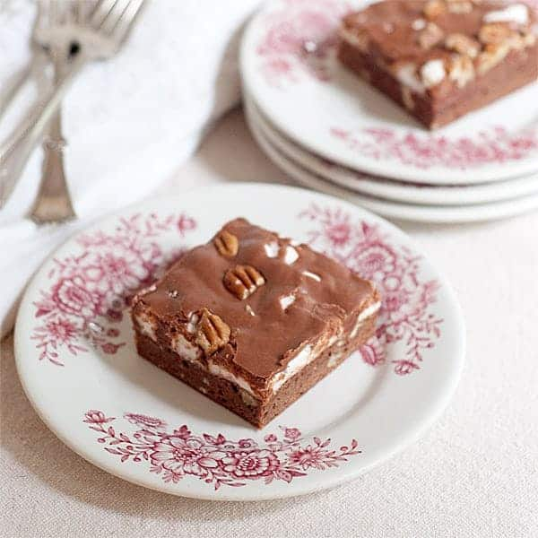A vintage recipe for Mississippi Mud Cake - a brownie cake base topped with melted marshmallows and drizzled with chocolate frosting. From @NevrEnoughThyme http://www.lanascooking.com/mississippi-mud-cake/