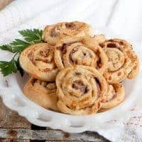 Prosciutto Ricotta Pinwheels - use purchased crescent rolls to make these quick and easy party appetizers with the flavors of Italy! From @NevrEnoughThyme https://www.lanascooking.com/prosciutto-ricotta-pinwheels/