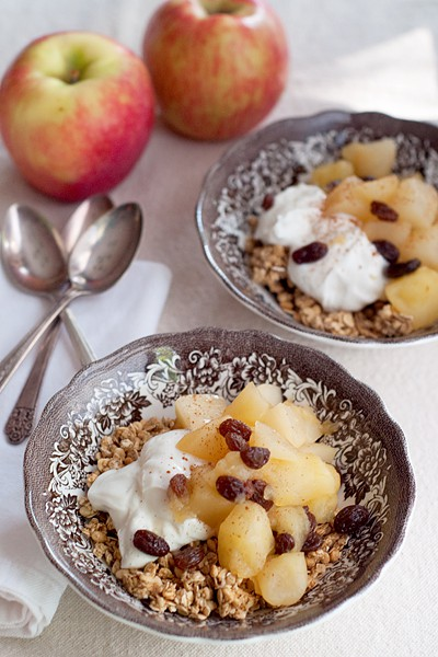 Tired of oatmeal? Try this Pear & Apple Compote with Yogurt and Granola for a change. From @NevrEnoughThyme http://www.lanascooking.com/pear-apple-com…yogurt-granola/
