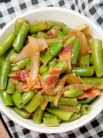 Green Beans with Bacon and Onions - use convenient, frozen green beans to make this great side dish for a family-friendly dinner. From @NevrEnoughThyme https://www.lanascooking.com/green-beans-bacon-onions/