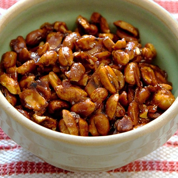These sweet and spicy peanuts are great finger food for parties! From @NevrEnoughThyme http://www.lanascooking.com/sweet-spicy-peanuts