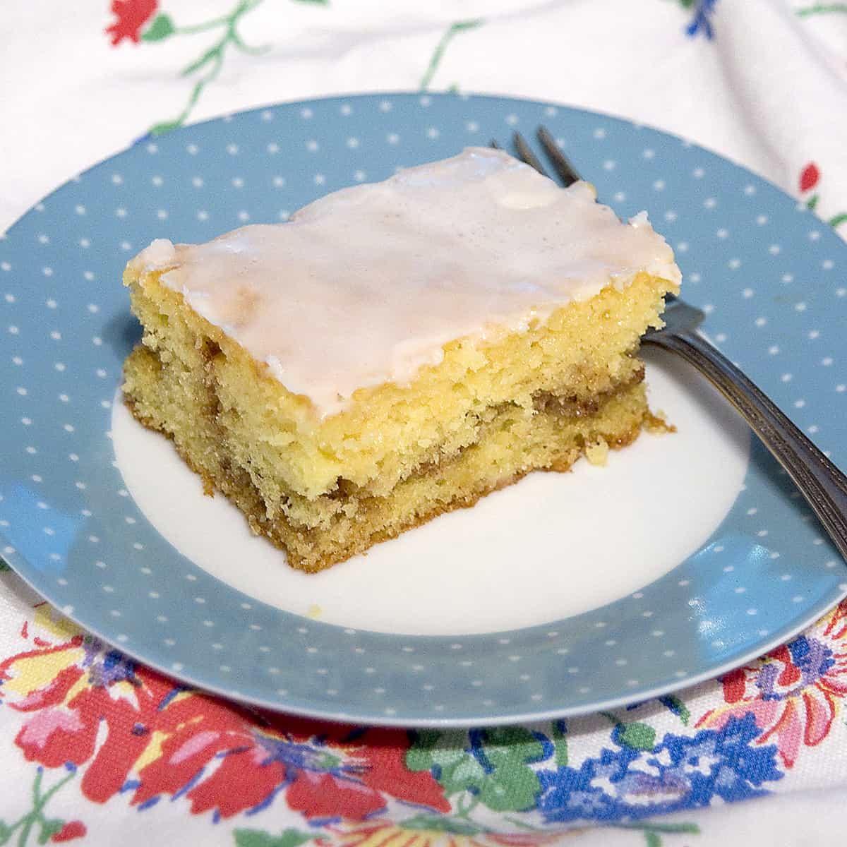 This honey bun cake uses a boxed cake mix and tastes for all the world like its famous namesake. So much fun and so easy! From @NevrEnoughThyme https://www.lanascooking.com/honey-bun-cake/