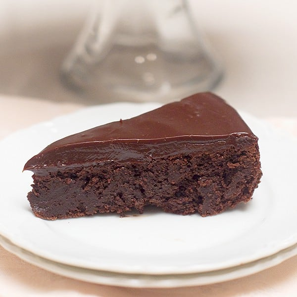 Flourless Chocolate Cake with Chocolate Ganache - an unabashedly decadent chocolate layer topped with a smooth chocolate ganache. From @NevrEnoughThyme http://www.lanascooking.com/flourless-chocolate-cake