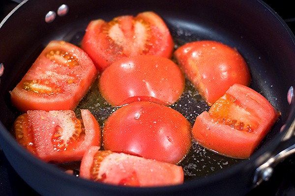Fried Tomatoes with Garlic from @NevrEnoughThyme http://www.lanascooking.com/fried-tomatoes-with-garlic