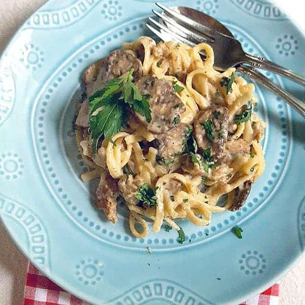 Italian Sausage Alfredo from @NevrEnoughThyme http://www.lanascooking.com/italian-sausage-alfredo