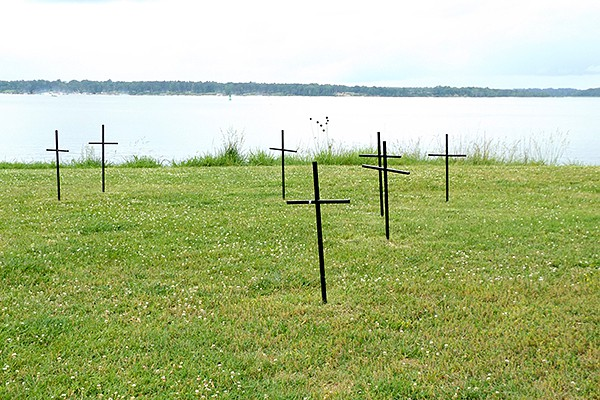 Crosses mark burial sites of some of the hundreds who died at Jamestown. From @NevrEnoughThyme https://www.lanascooking.com/americas-historic-triangle