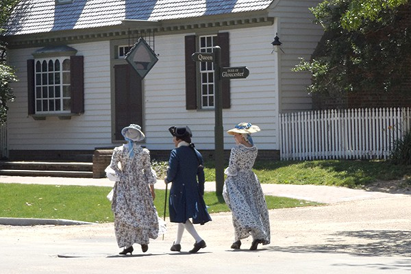 Williamsburg citizens in period costume. From @NevrEnoughThyme https://www.lanascooking.com/americas-historic-triangle
