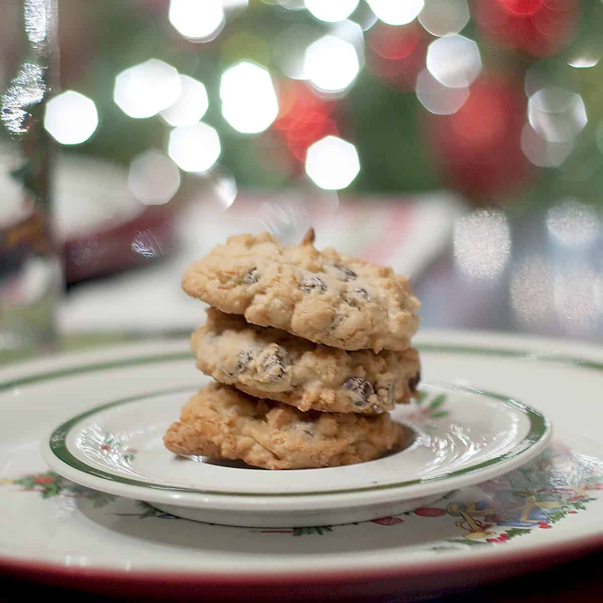 These Almond Joy Cookies are filled with milk chocolate, almonds, and coconut just like their namesake candy bar. From @NevrEnoughThyme https://www.lanascooking.com/almond-joy-cookies