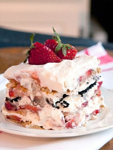 This fresh strawberry icebox cake is a no-bake treat featuring layers of graham crackers, chocolate wafers, strawberries and whipped cream. From @NevrEnoughThyme https://www.lanascooking.com/strawberry-icebox-cake/