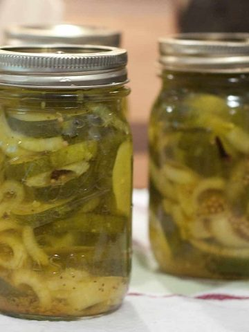 Sugar-free bread and butter pickles using sugar substitute. A delicious combination of cucumbers and onions in a tangy-sweet pickling solution. From @neverenoughthyme https://www.lanascooking.com/sugar-free-bread-and-butter-pickles/